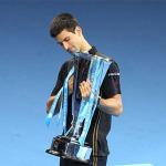 Djokovic nhận cúp vô địch sau khi Federer bỏ cuộc